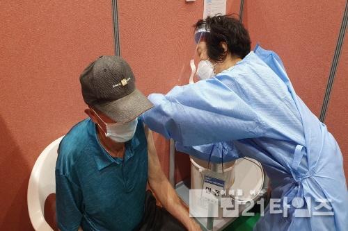 [크기변환]3. 백신을 접종받는 봉화군민.jpg